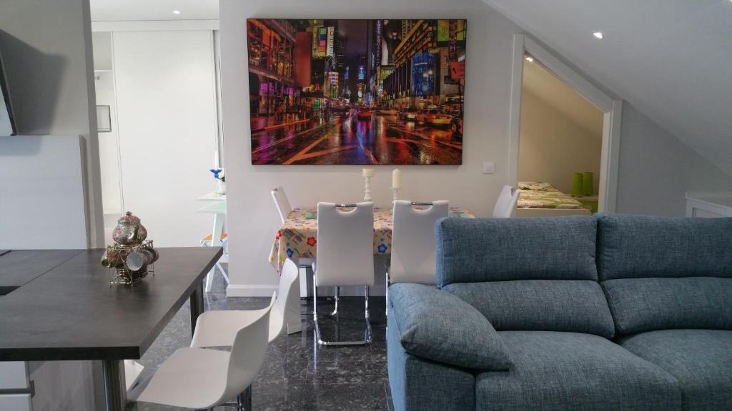A seating area at Apartamento Castrelos