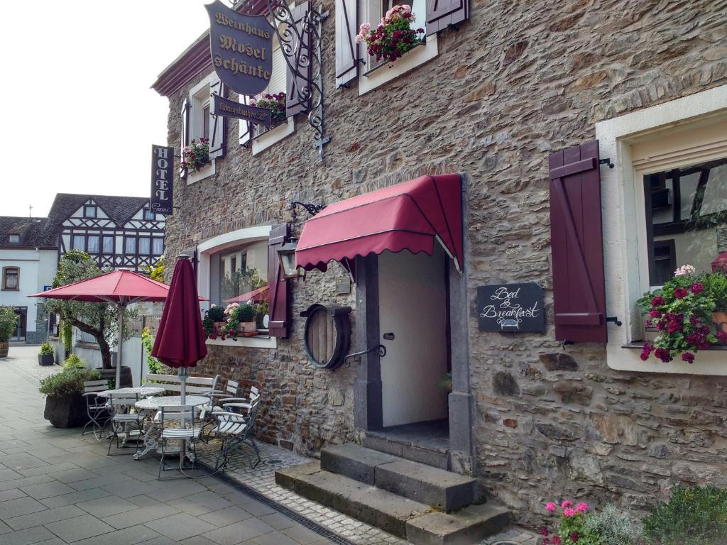 Ein Patio oder anderer Außenbereich in der Unterkunft Hotel garni Altes Winzerhaus Moselschänke
