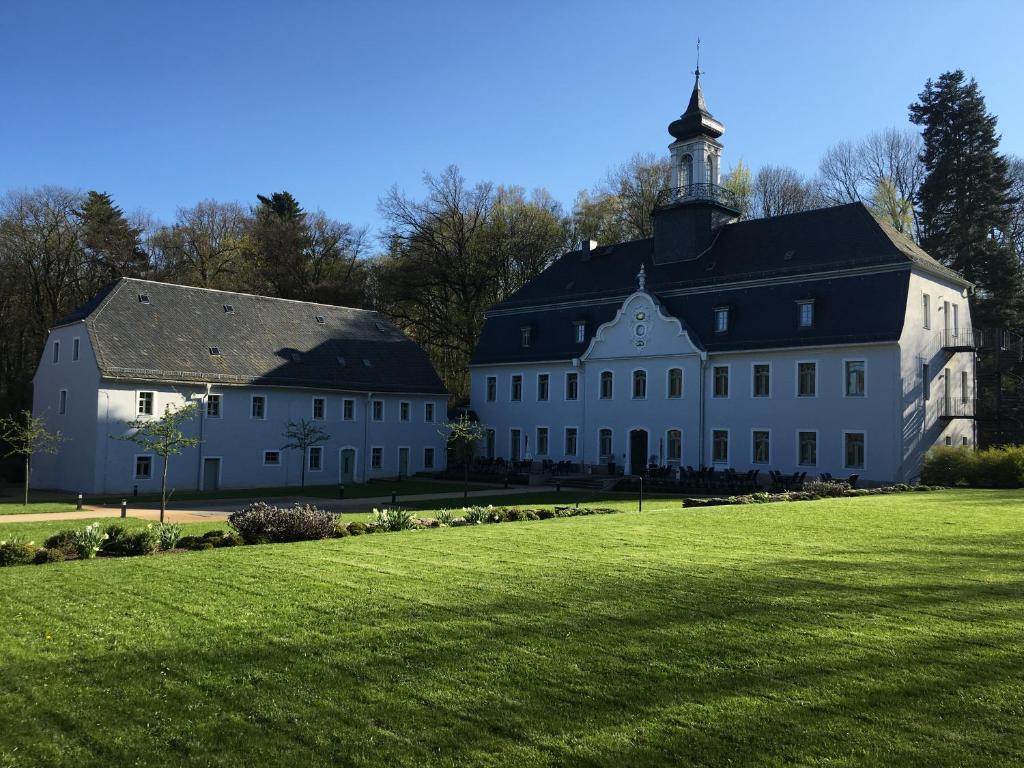 Ein Garten an der Unterkunft Hotel Schloss Rabenstein