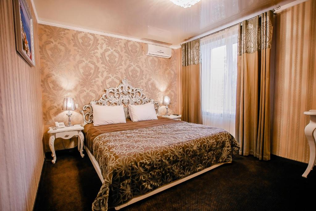 A bed or beds in a room at Aristokrat