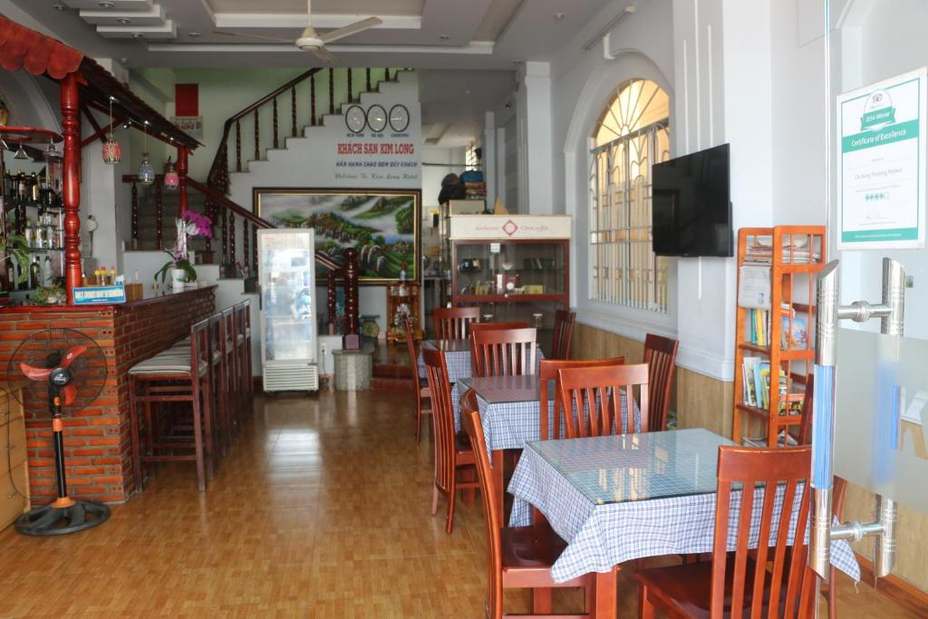 A restaurant or other place to eat at Kim Long Hotel