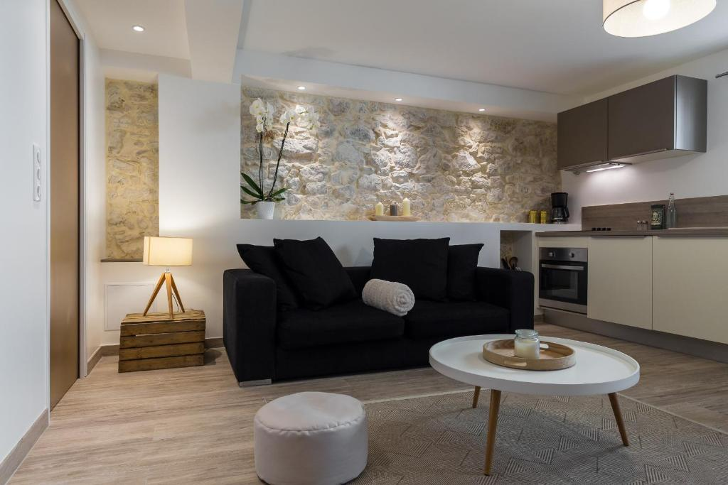 A seating area at Cosy Home