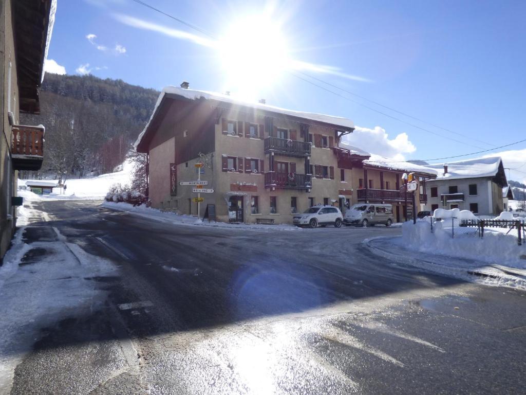 Hôtel et Appart'Hôtel Restaurant L'Adray during the winter
