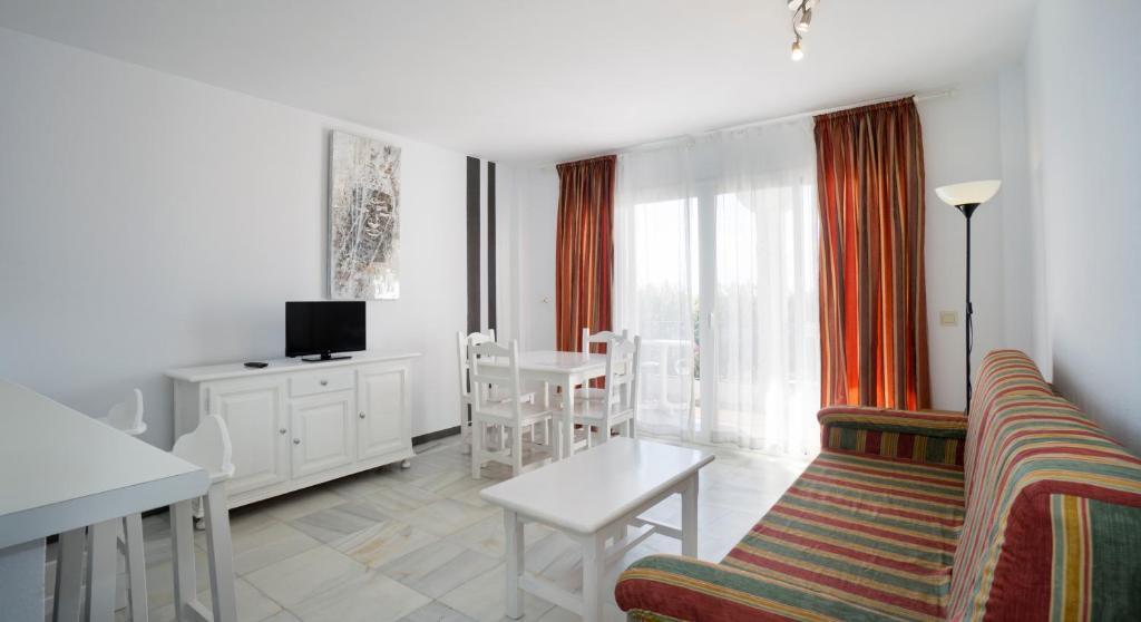 A seating area at Apartamentos Turisticos Rio Marinas