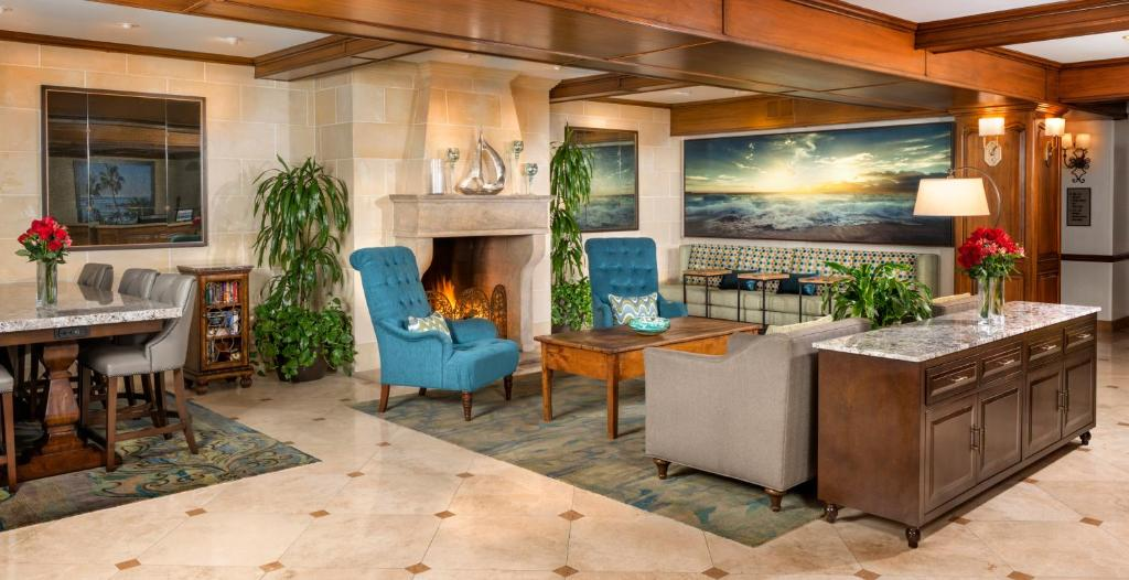 The lounge or bar area at Ayres Hotel Laguna Woods