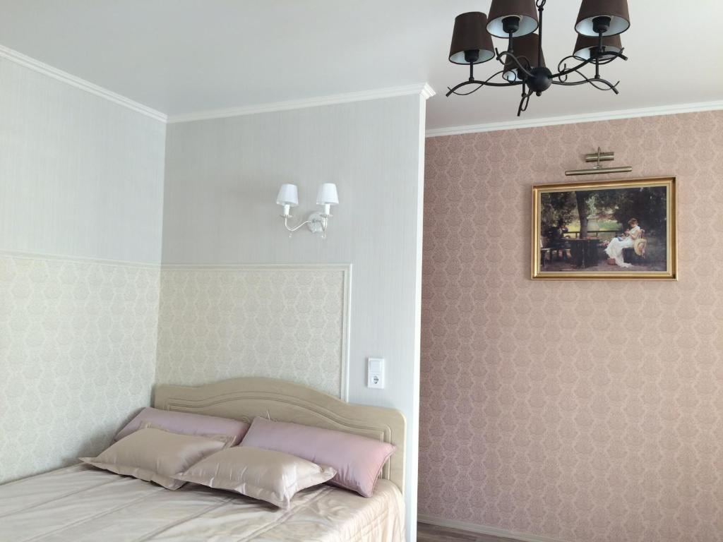 A bed or beds in a room at Apartment on Lenina st.56