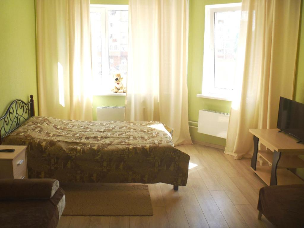 A bed or beds in a room at Apartments on Serebryanka 46
