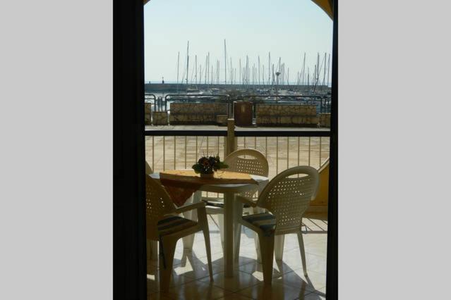 A balcony or terrace at Un Affaccio sul Porto-Res. La Vela