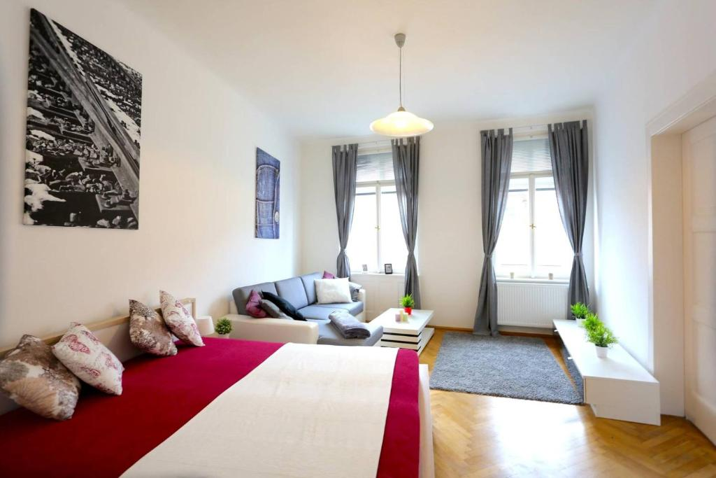 Letto o letti in una camera di Large Wenceslas Square Apartment for 10 guests