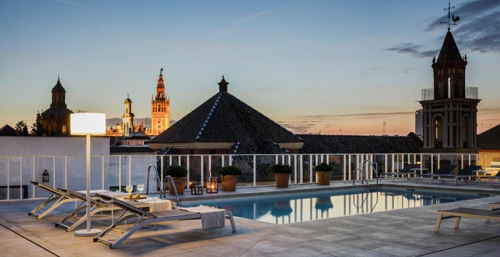 A piscina localizada em Hotel Fernando III ou nos arredores