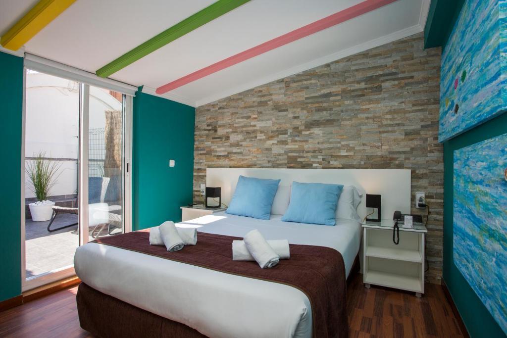 Un pat sau paturi într-o cameră la Casual de las Artes Valencia