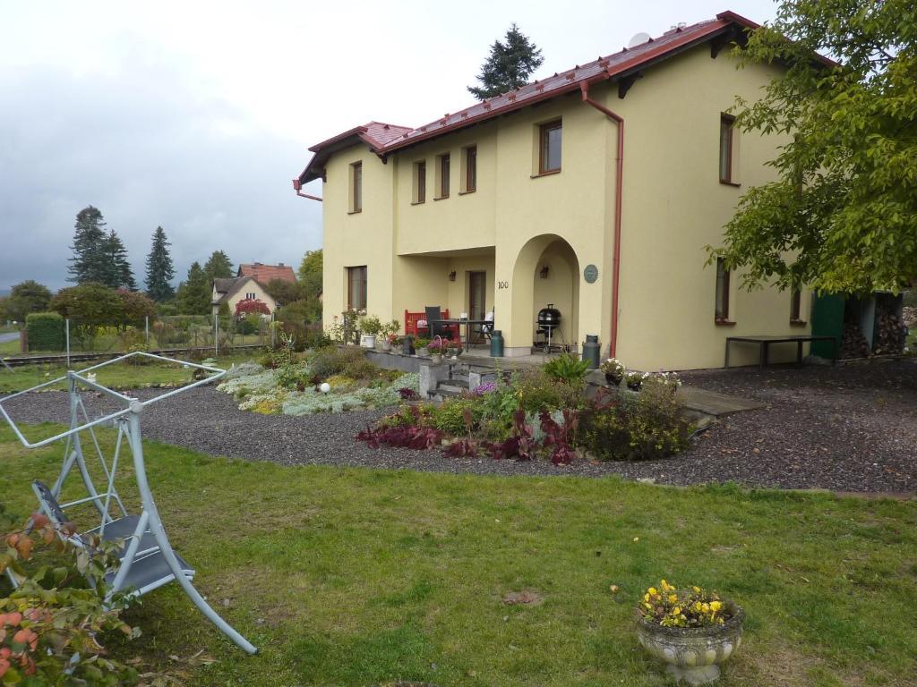 Een tuin van B&B en mini-camping Pension Kidafo