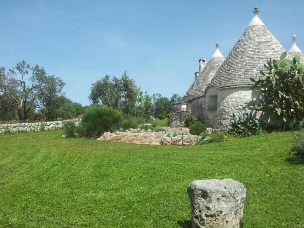 A garden outside B&B La Gufa