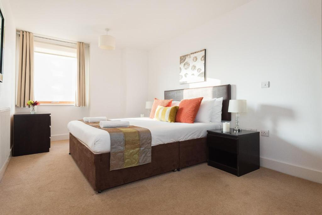 A bed or beds in a room at Phoenix Heights Peach Tree