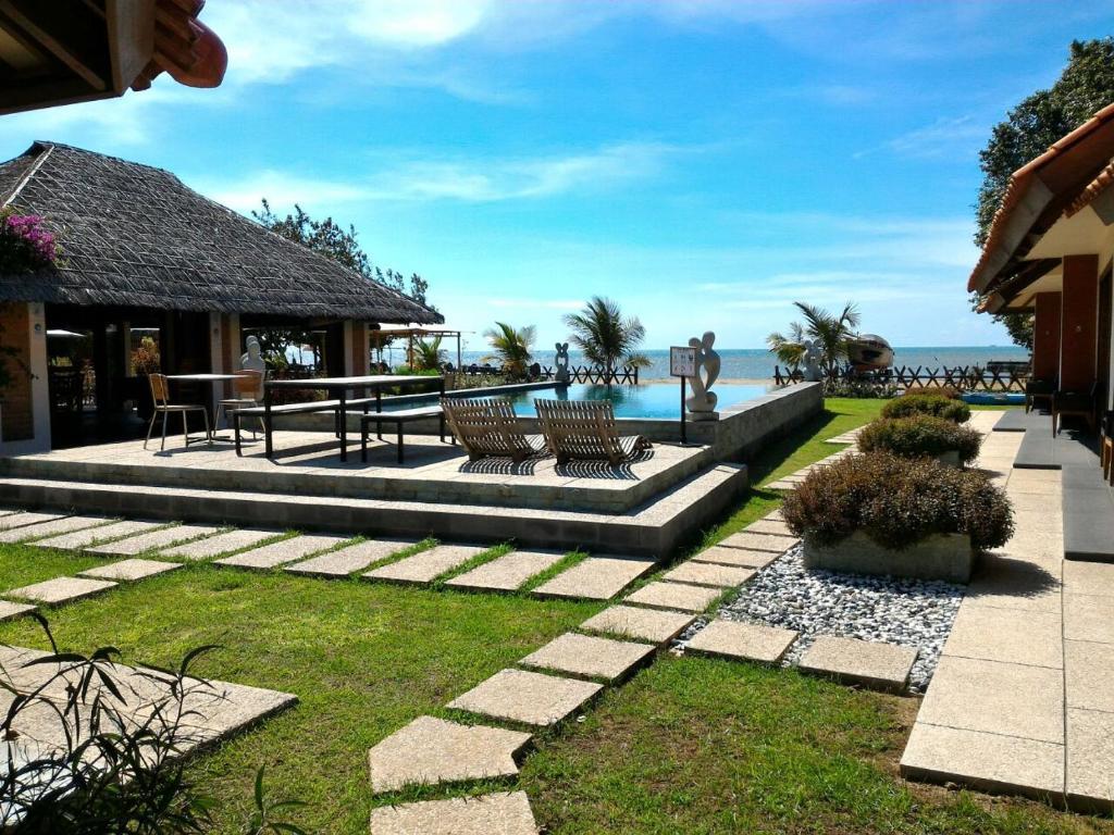 The swimming pool at or close to Jepara Marina Beach Bungalows