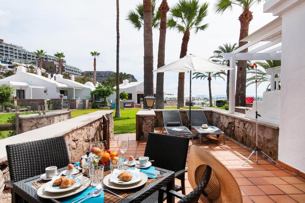 A restaurant or other place to eat at Bungalow Playa del Cura 1