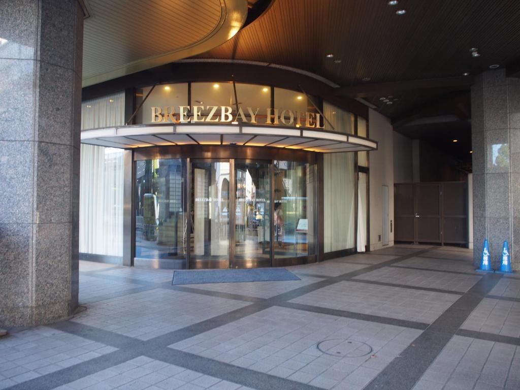 Tampak depan atau pintu masuk Breezbay Hotel Resort and Spa
