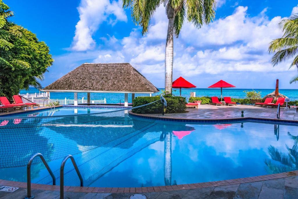 Het zwembad bij of vlak bij Royal Decameron Montego Beach Resort - ALL INCLUSIVE