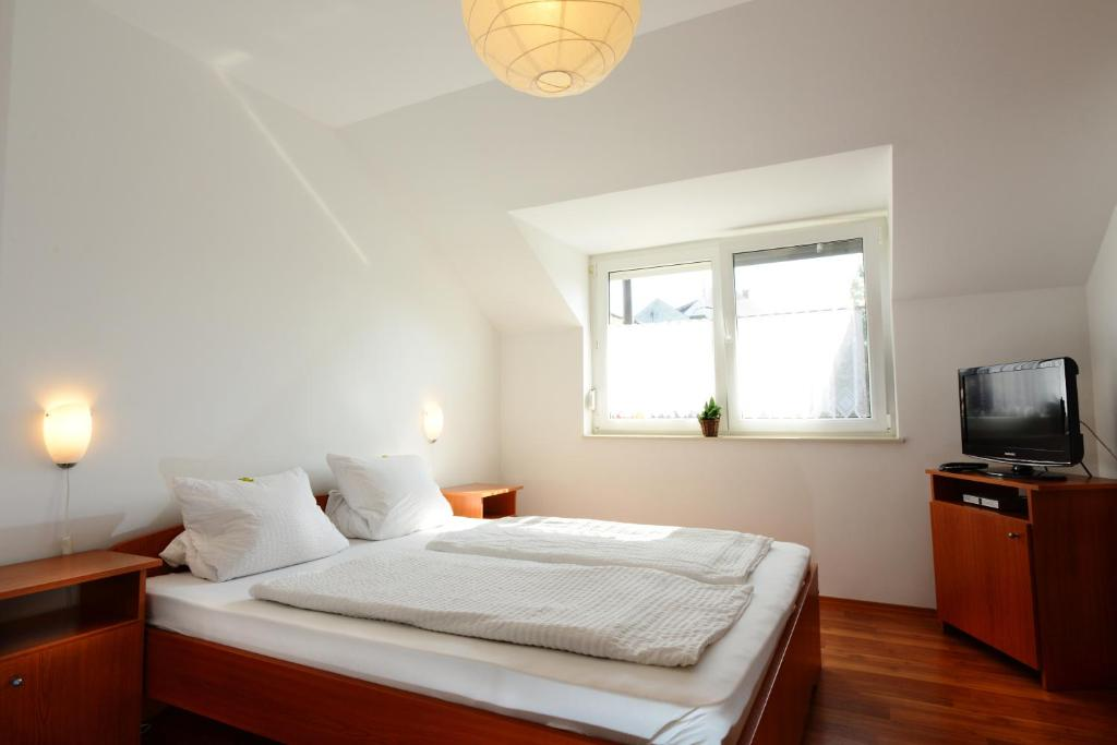 A bed or beds in a room at Apartman Molnár