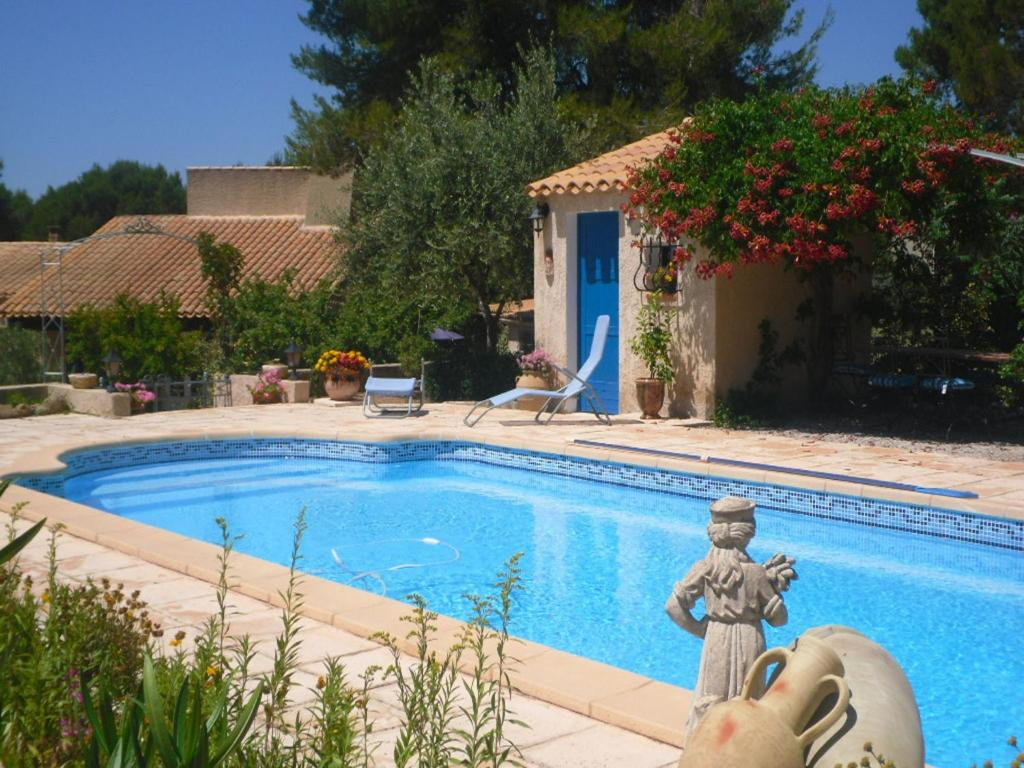 The swimming pool at or near Modern Holiday Home with private swimming pool in Lambesc
