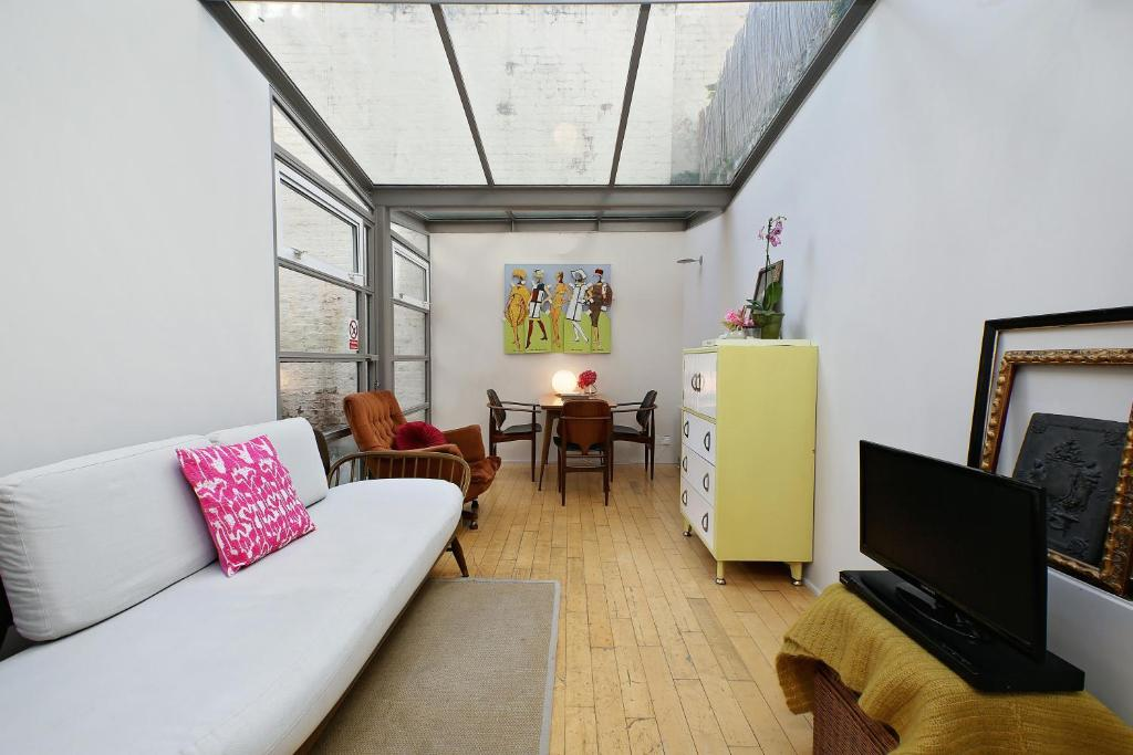 A seating area at Notting Hill London - Chic Bright Apartment W11 LED