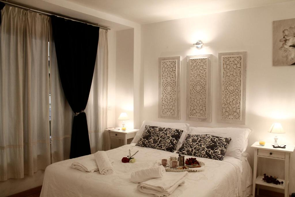 A bed or beds in a room at Fleur De Lis Florence Studio