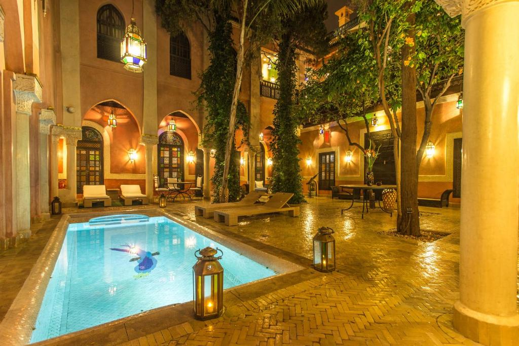 The swimming pool at or close to Riad Le Perroquet Bleu Suites & Spa