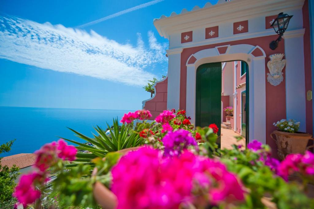 The facade or entrance of Palazzo Rocco Villa Sunshining in Love