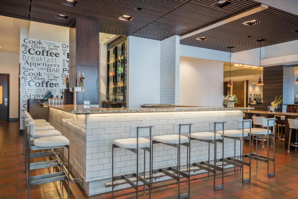 The lounge or bar area at Hilton Minneapolis Bloomington