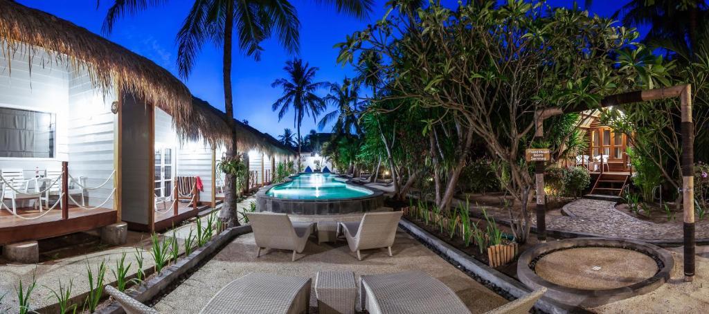 The swimming pool at or close to Manta Dive Gili Trawangan Resort