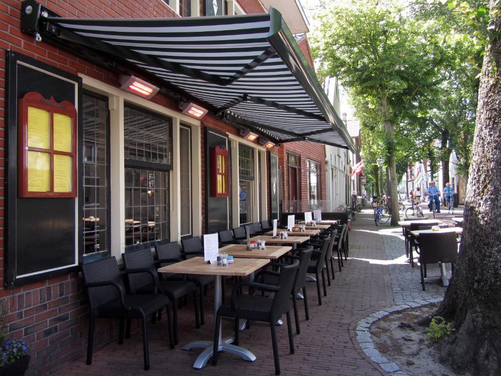 A restaurant or other place to eat at De Herbergh van Flielant