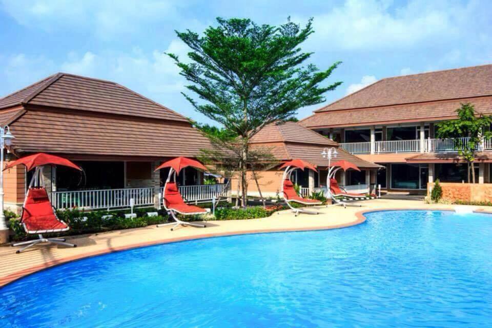 The swimming pool at or close to Baan Dara Resort