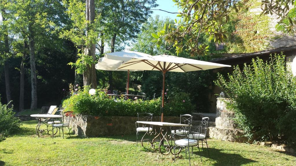 A garden outside B&B Countryhouse Villa Baciolo