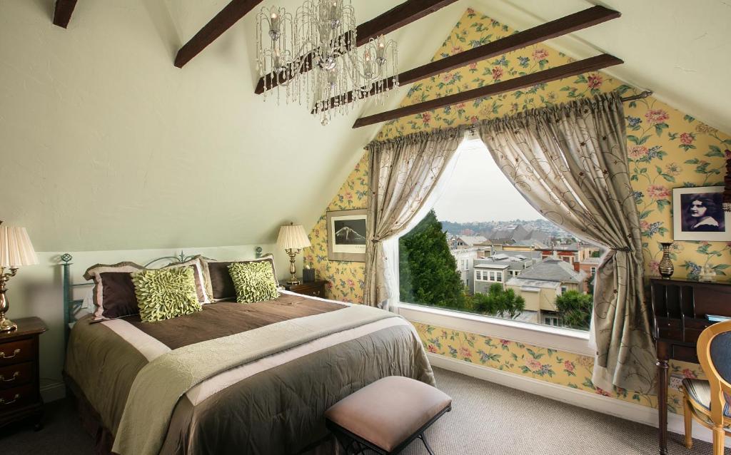 A bed or beds in a room at Noe's Nest Bed and Breakfast