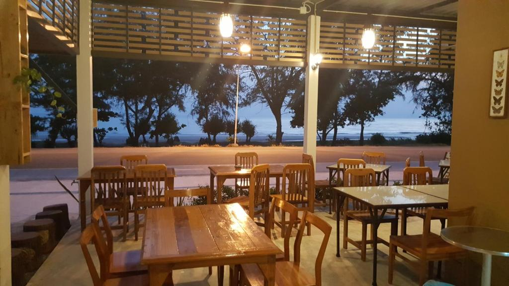 A restaurant or other place to eat at Yellow House Rayong