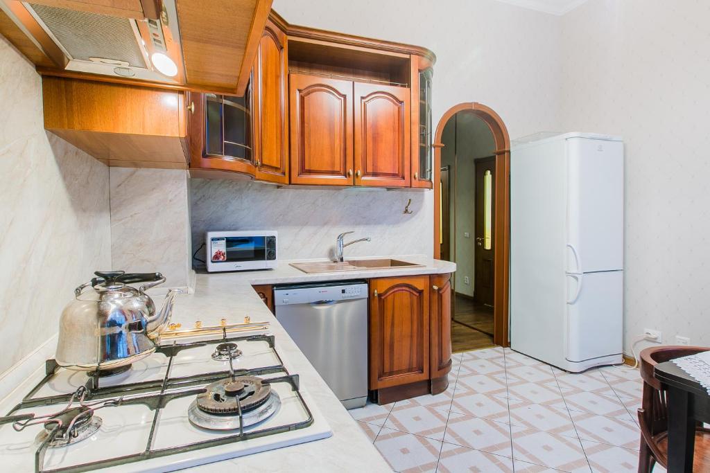 Кухня или мини-кухня в Stremyannaya 7 Apartment