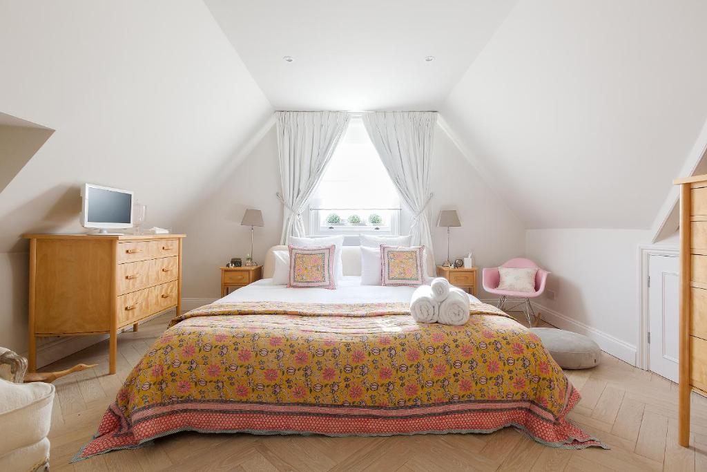 A bed or beds in a room at Kew Gardens B and B