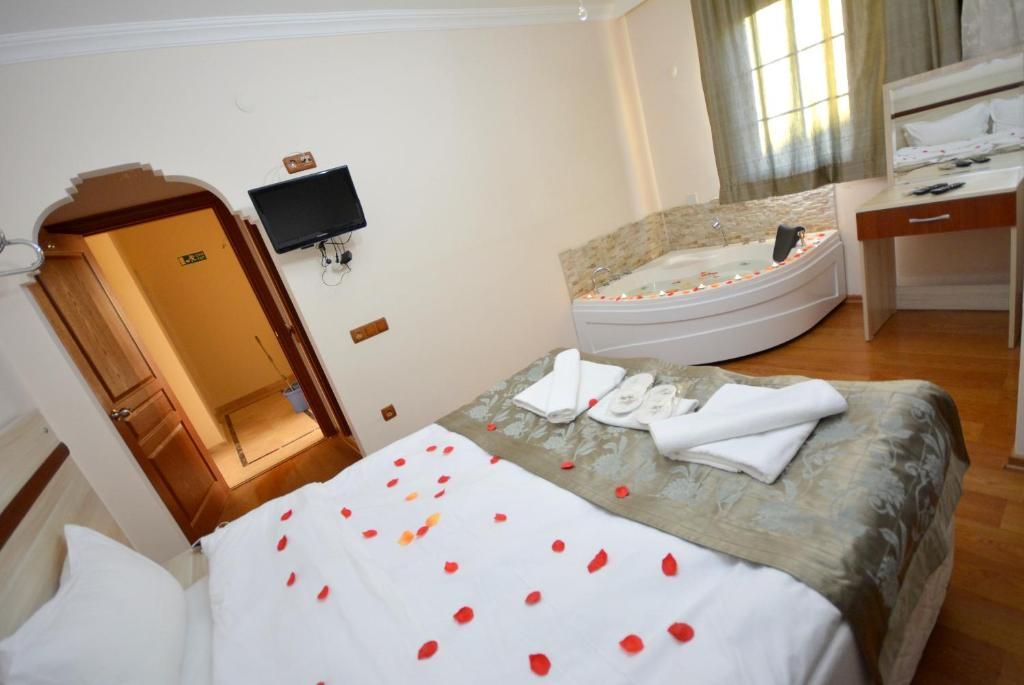 A bed or beds in a room at Agva Sahil Yildizi Hotel