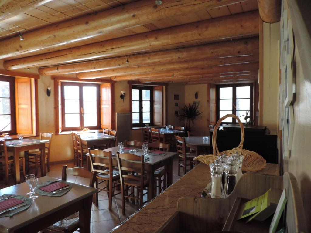 A restaurant or other place to eat at Auberge Du Brabant Chez Titof