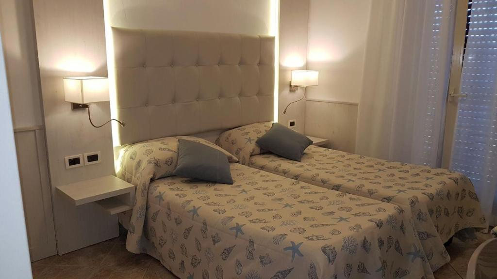 A bed or beds in a room at Hotel Bella Riviera