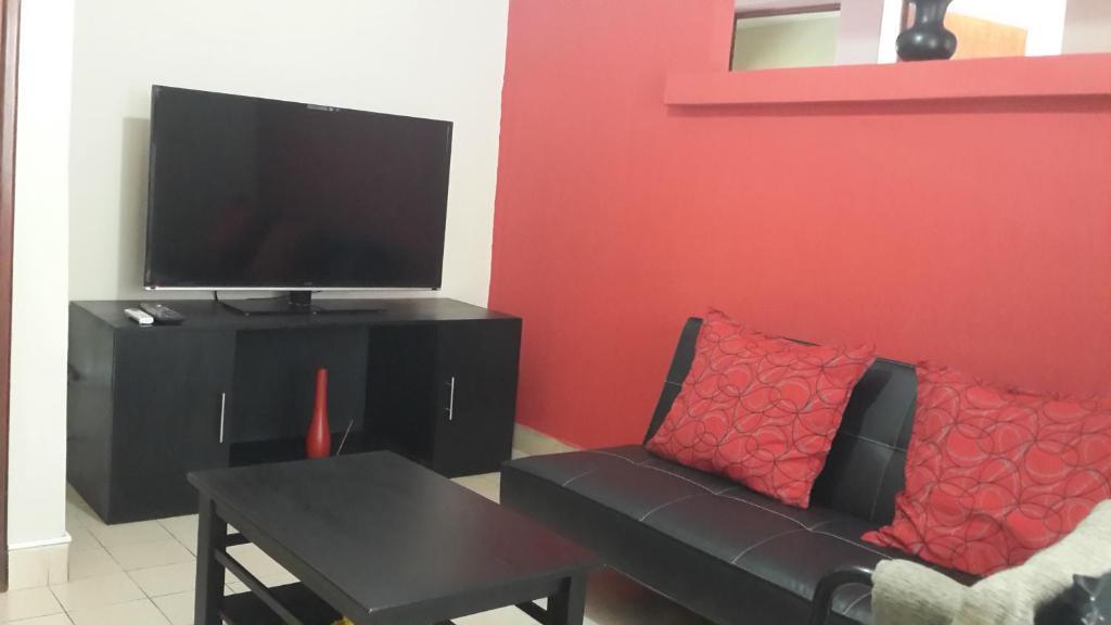 Una televisión o centro de entretenimiento en Apart Salta