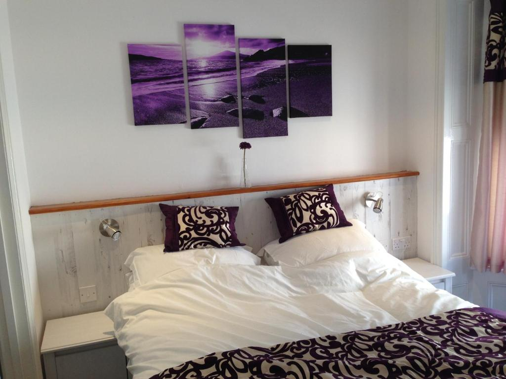 A bed or beds in a room at Ocean House - Weymouth