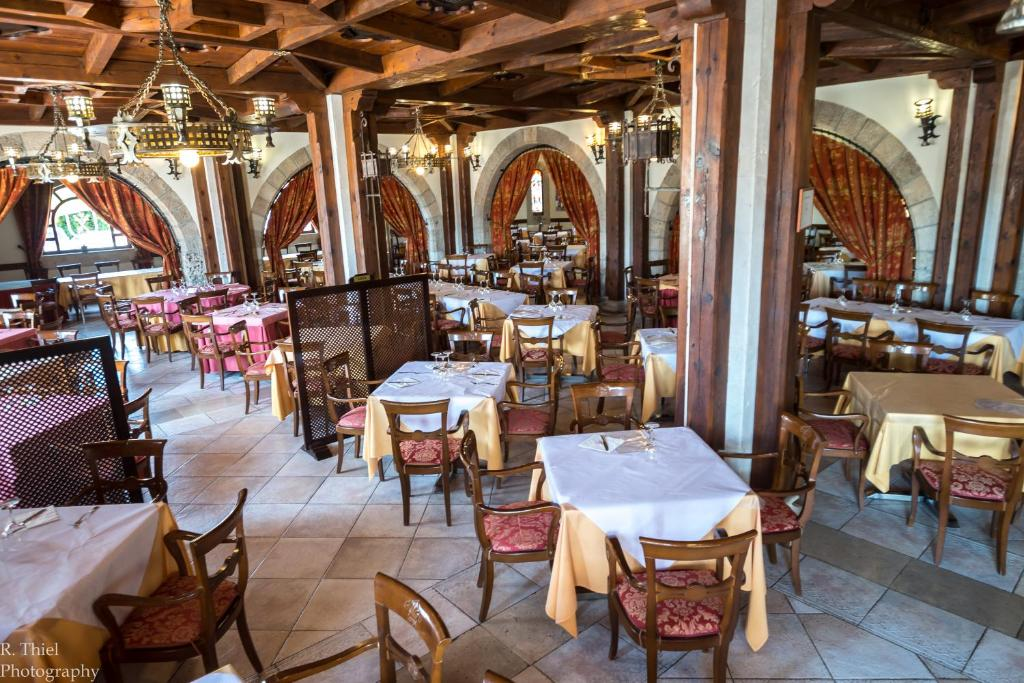 A restaurant or other place to eat at Hotel Restaurante El Castillo