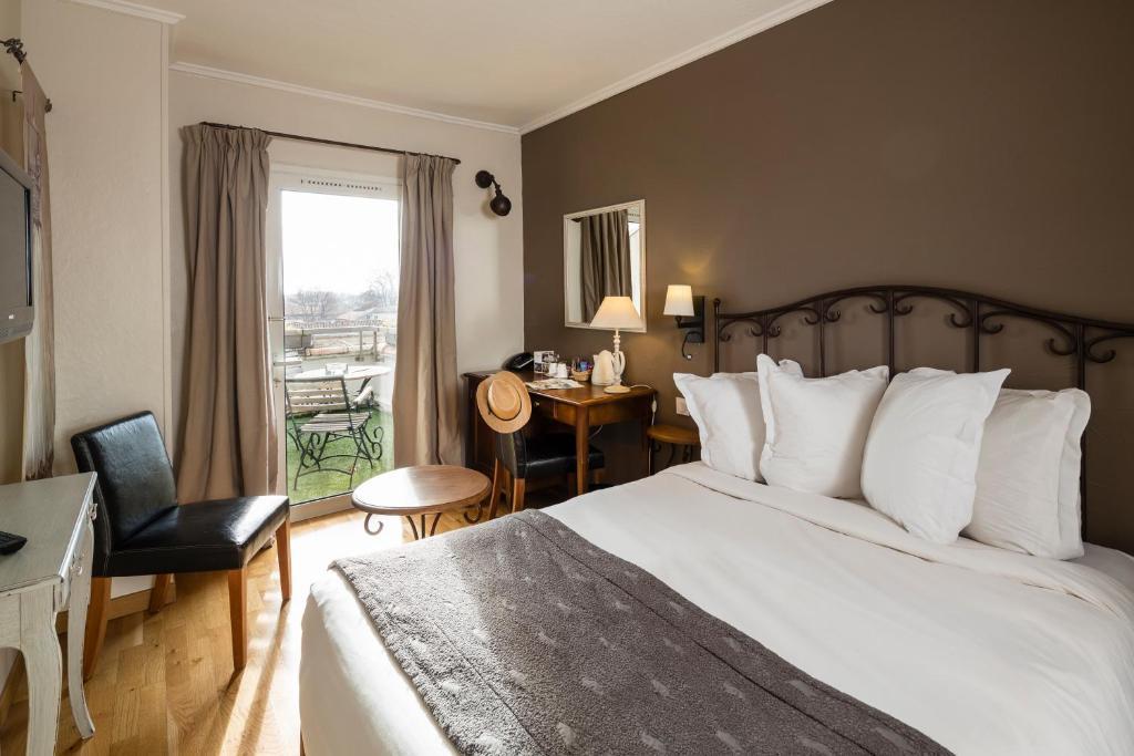 A bed or beds in a room at Hôtel de l'Horloge