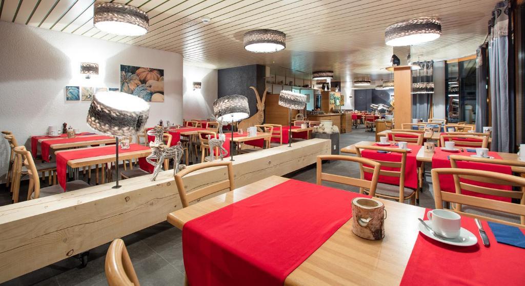 Ein Restaurant oder anderes Speiselokal in der Unterkunft Hotel du Lac