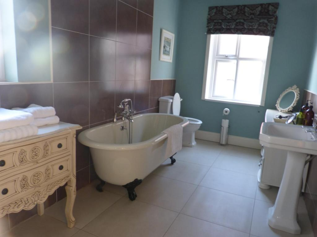 A bathroom at Inglewood Boutique Rooms With Self Catering