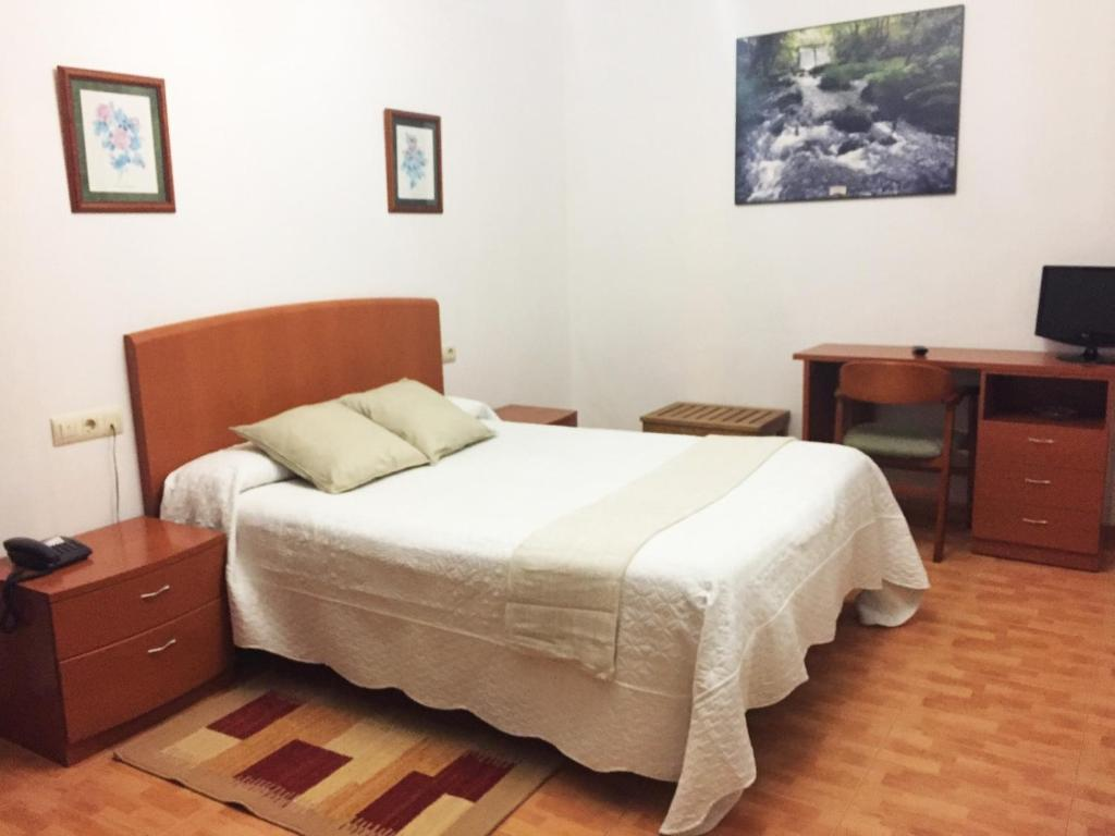 A bed or beds in a room at Hostal La Casilla