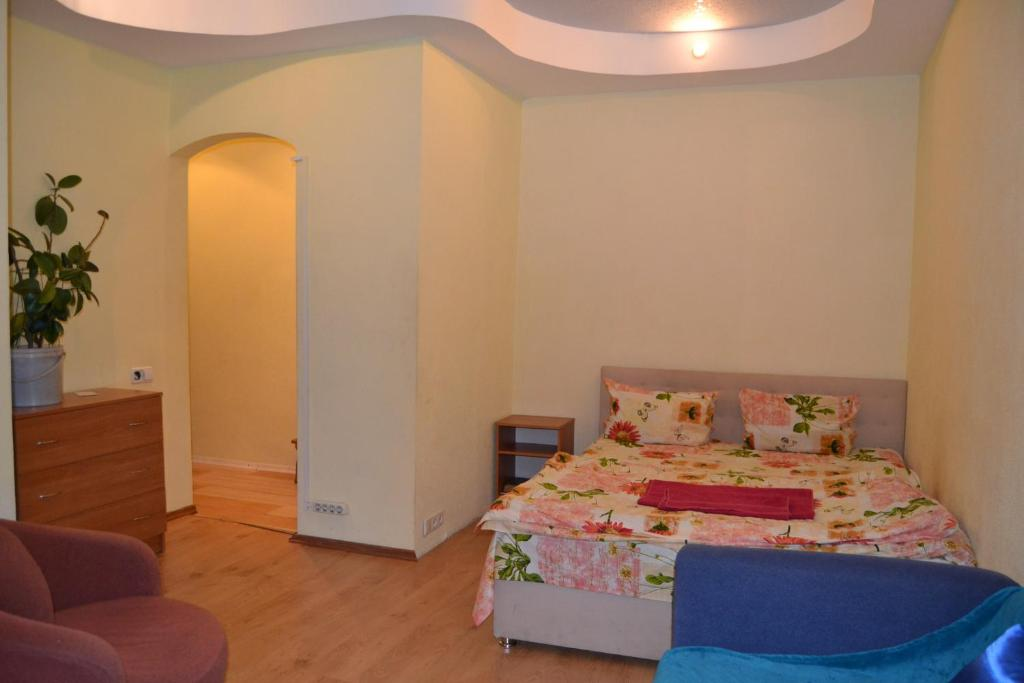 A bed or beds in a room at Apartment on Peremogy Square