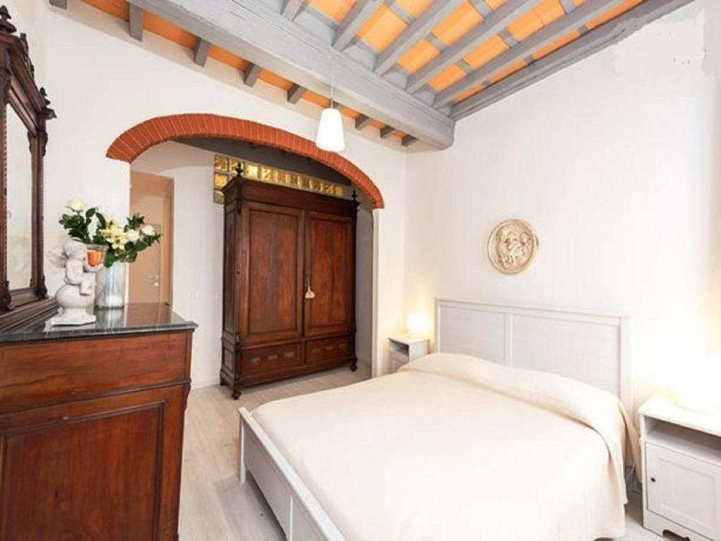 A bed or beds in a room at Happy Florence Santa Croce 1