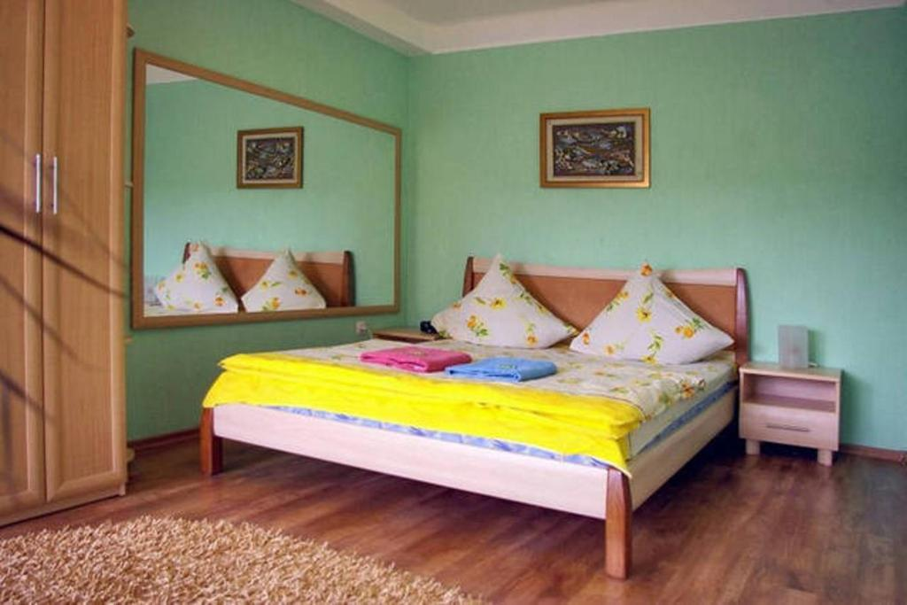 A bed or beds in a room at Apartment on Sobornyi Avenue